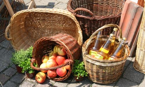 Körbe mit Äpfeln und Apfelsaft
